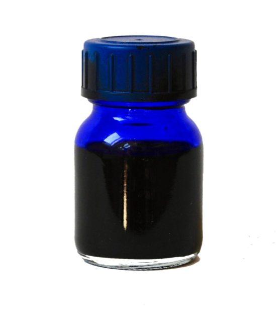 Blaue Tinte in kleinem Gläschen mit Drehverschluss