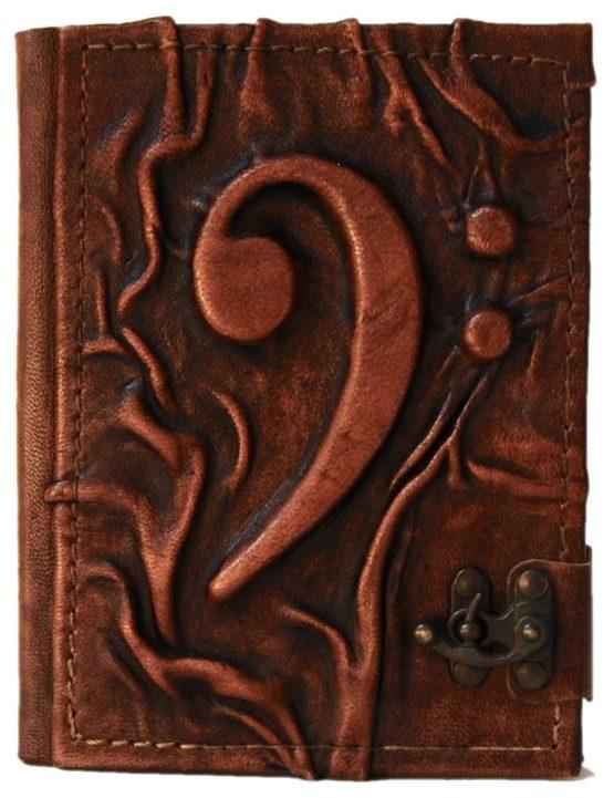 Braunes Lederbuch mit einem Bassschlüssel, der von Leder überzogen ist