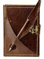 Brauner Terminplaner aus Leder mit einem eingesteckten Kugelschreiber, der in Leder gehüllt ist