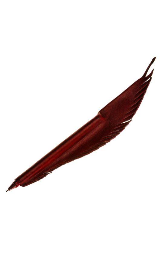 Kugelschreiber der von rotem Leder in Form einer Feder umhüllt ist