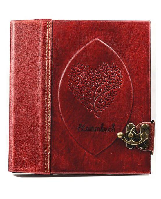 Rotes Stammbuch aus Leder mit aufgeprägtem Herz