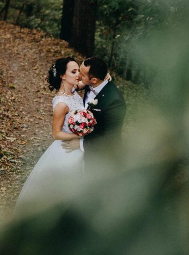 Bild eines Brautpaares, dass sich küsst