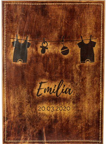 Babybuch mit Namen Emilia und aufgehängter Wäsche
