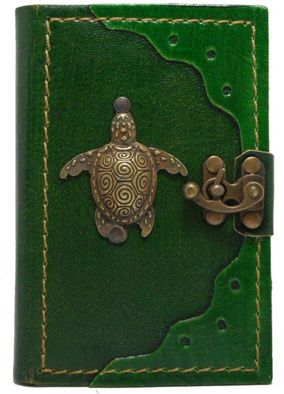 Kleines, grünes Lederbuch mit Schildkröte aus Metall